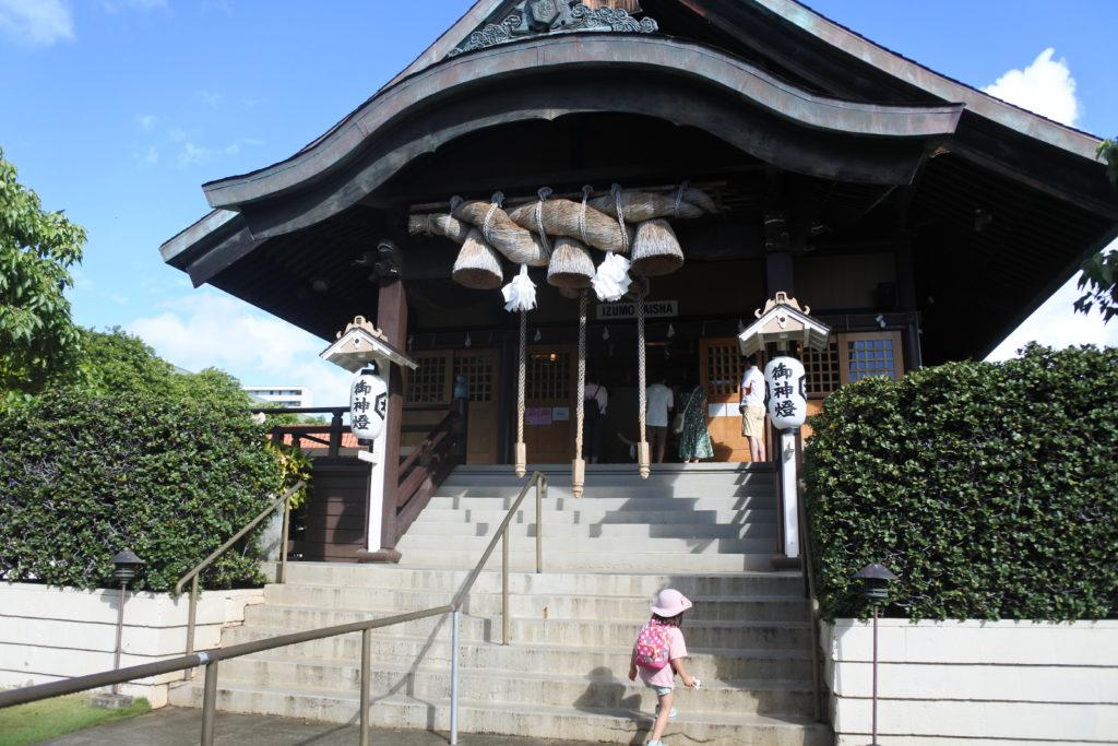 本堂への階段を登る娘
