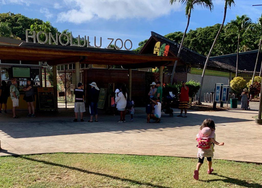 開園前のホノルル動物園。 少し列ができている。