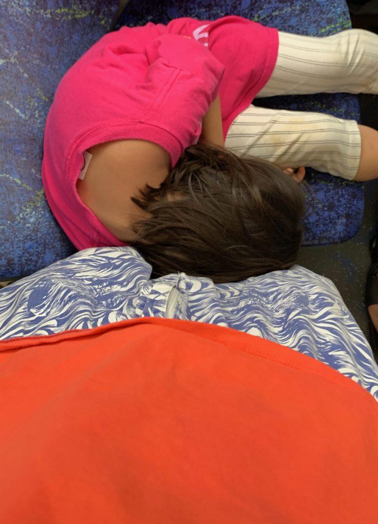 バスで寝る娘