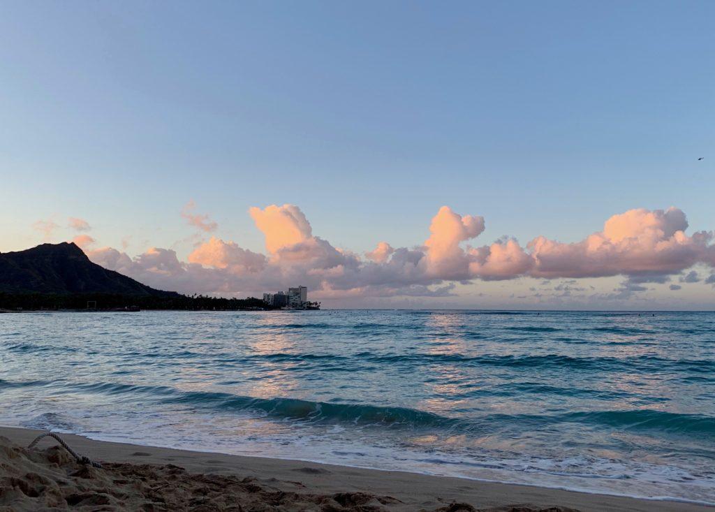 ワイキキビーチからのダイヤモンドヘッドと日の出。 雲がかかっているが綺麗。