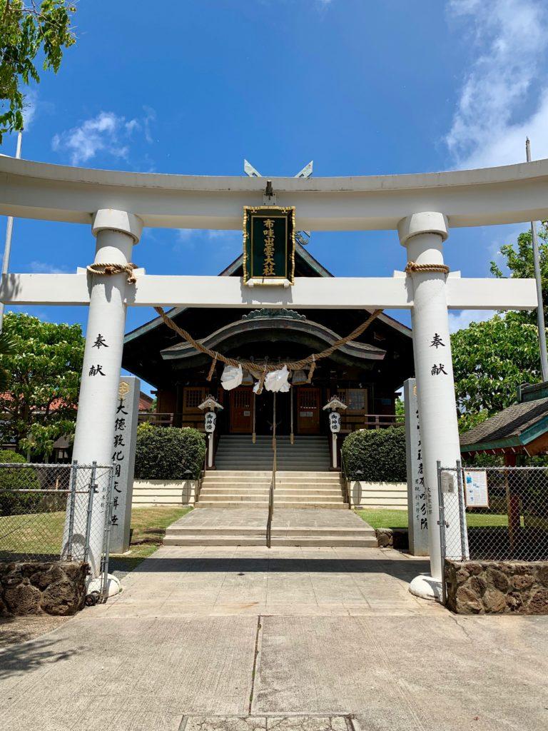 ハワイ出雲大社の堂々とした白い鳥居