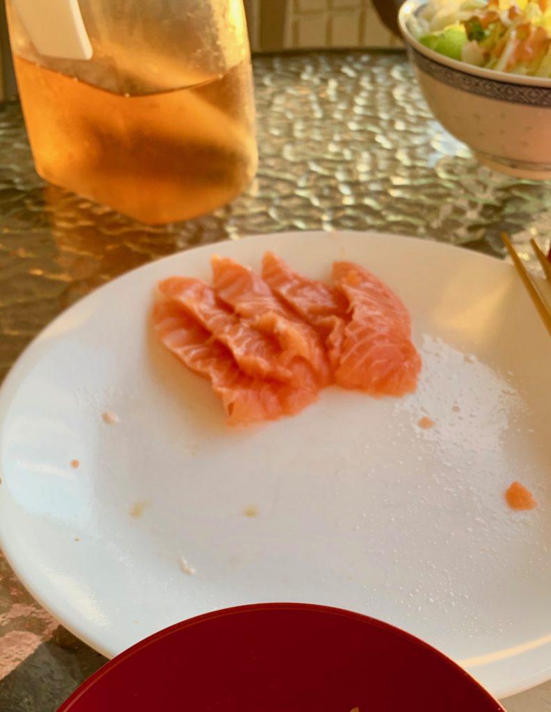 食べた後のサーモンの皿