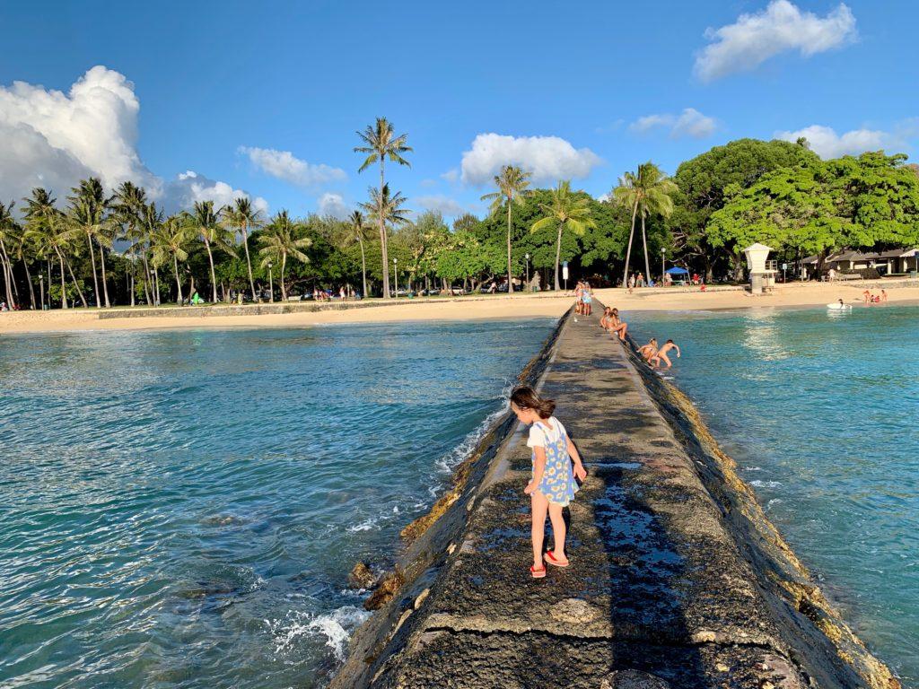 クイーンズビーチの堤防と娘