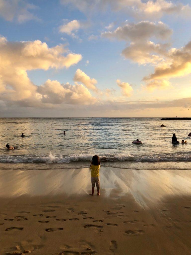 カハナモクビーチの夕暮れの様子 人が少なく波が小さい
