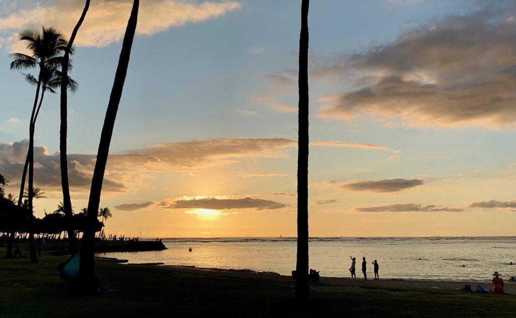アラモアナビーチに沈む夕日