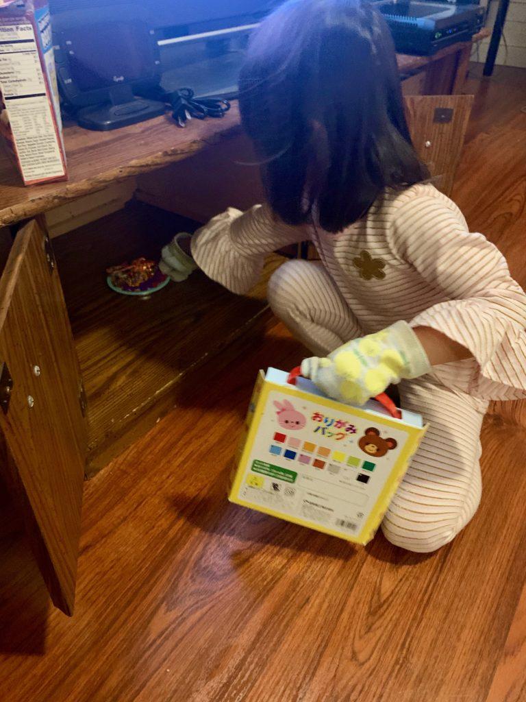 おままごとをする娘 電子レンジから熱いものを取り出すシーンなため、手に靴下をはめている。