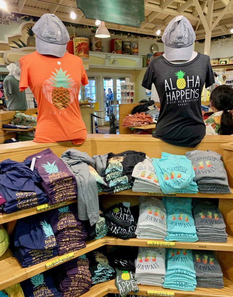 パイナップルがデザインされたTシャツの陳列棚