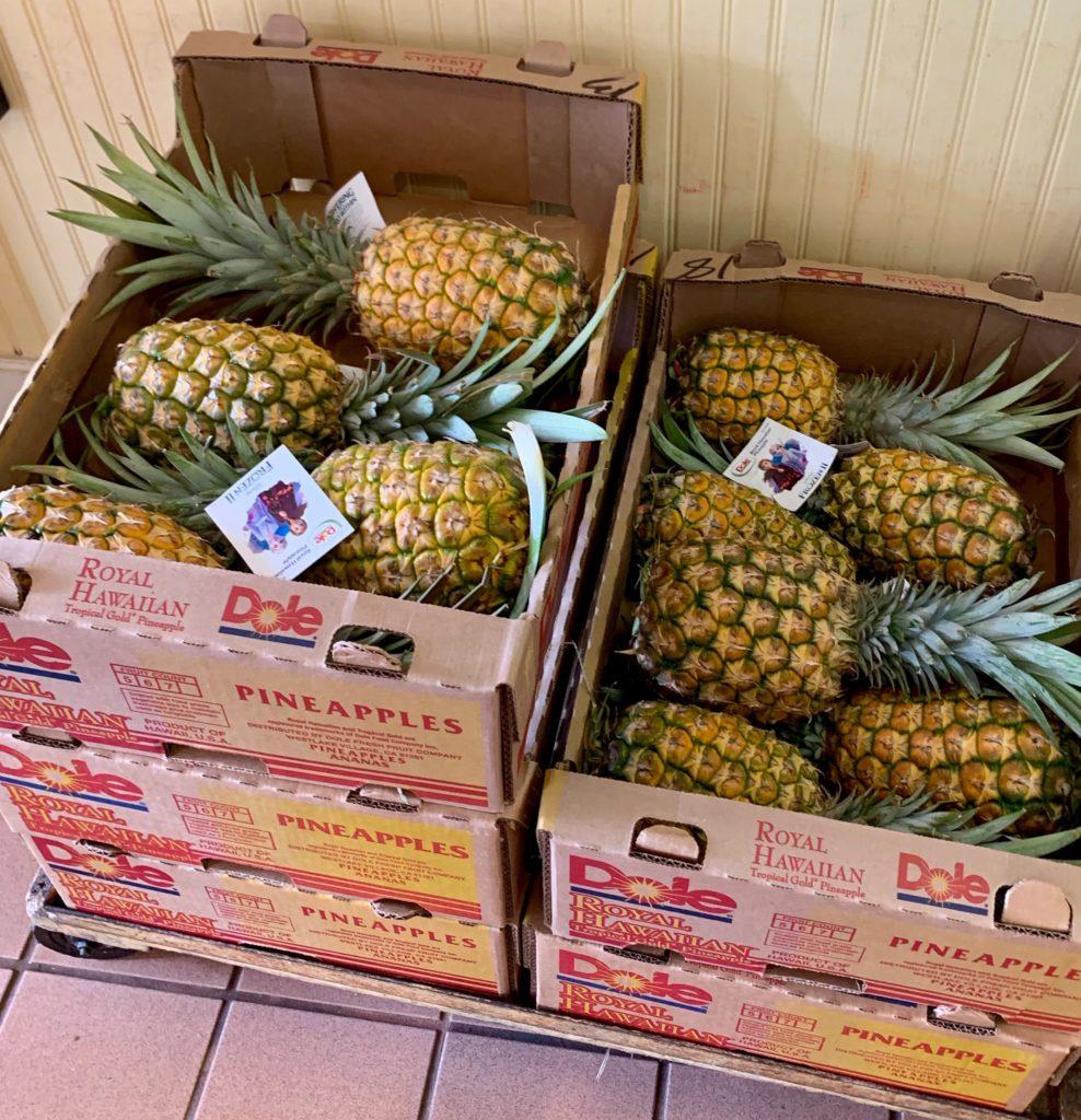 箱詰めされた本物のパイナップル
