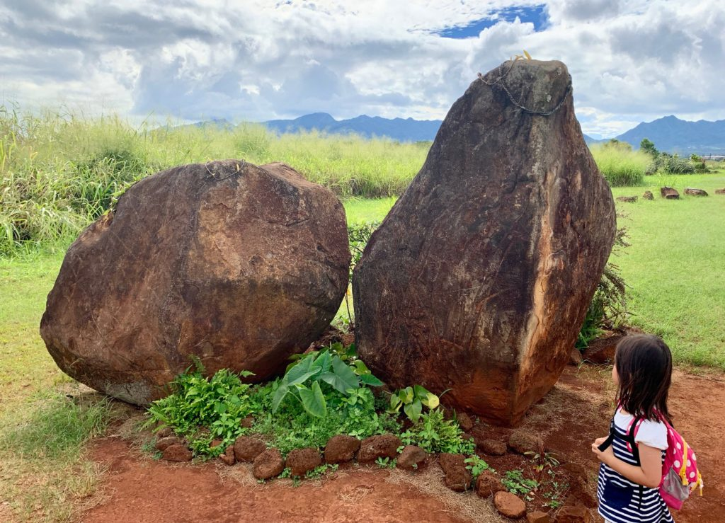 まず見えてくる二つの大きな石