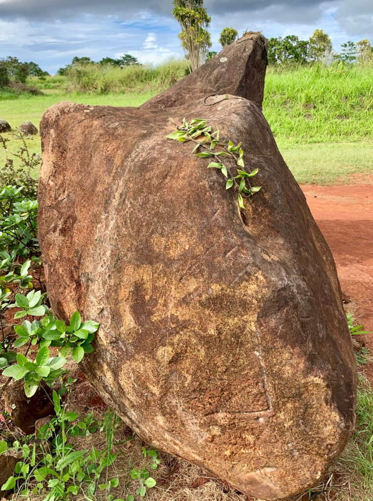 石の上に円形の紐がかけてある