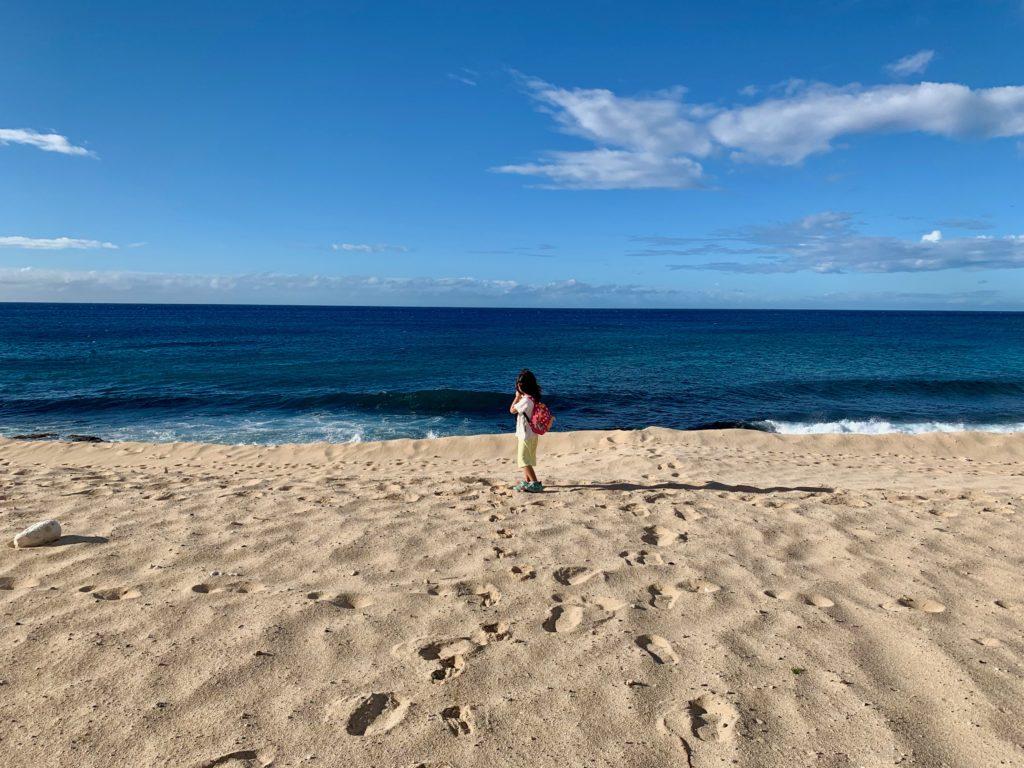 ウレハワビーチからの海を背景に撮った娘の写真