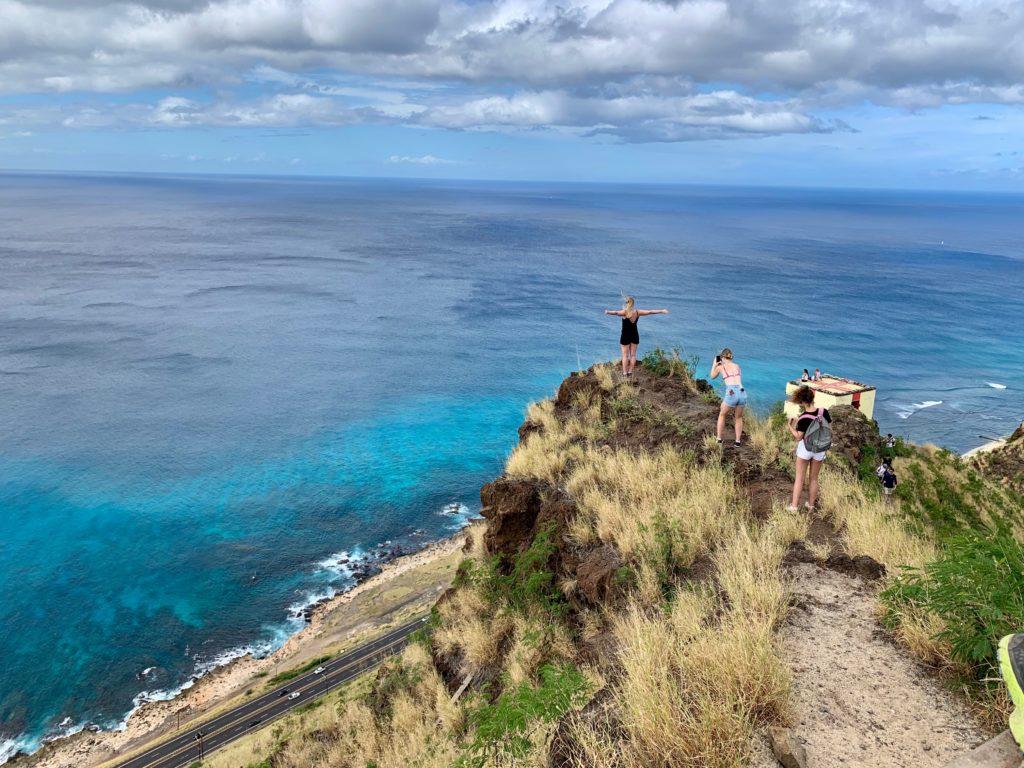崖の先で写真をとる観光客