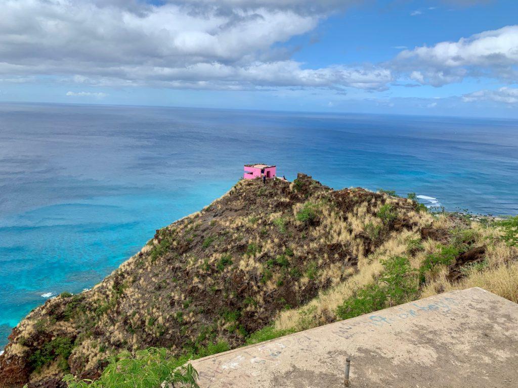 4つめから3つめのピルボックスを見ると、背景には海があり、ピンクが一点あり、映える。