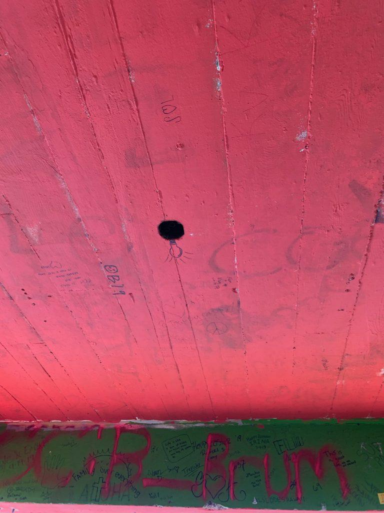 ピンクピルボックスの中から天井をみあげた写真