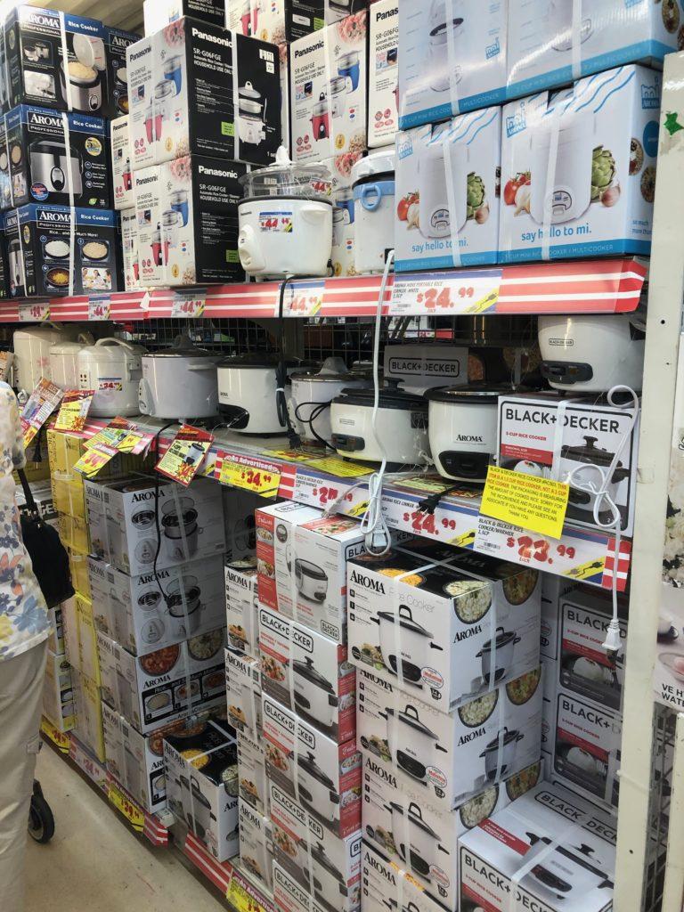 炊飯器もたくさん売られている