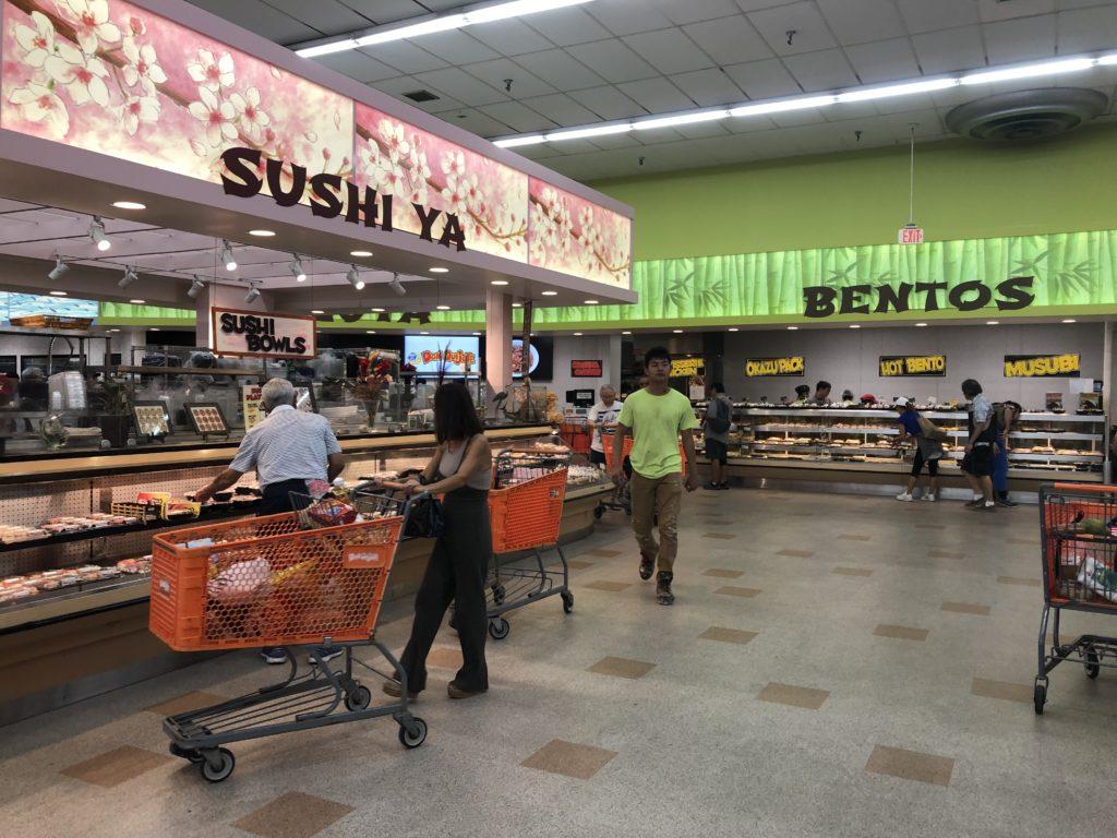 寿司ゾーンと弁当ゾーン SUSHI YA, BENTOSと書かれている。