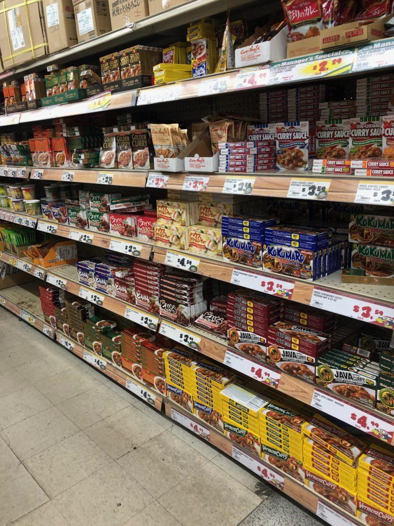 日本でもおなじみのカレーやシチューが売られている。