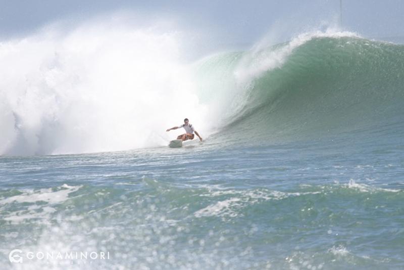 ボウルズの大波でサーフィンをする人