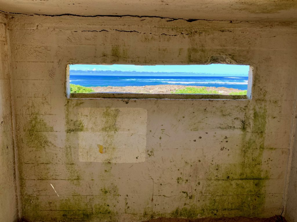 ピルボックスの中 窓から真っ青な海が見える