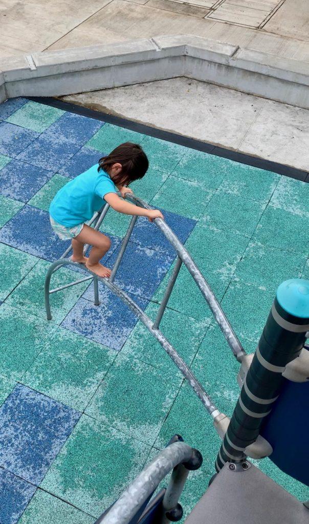 鉄のはしごを登り始める