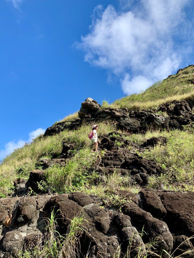 急な山道を登る娘