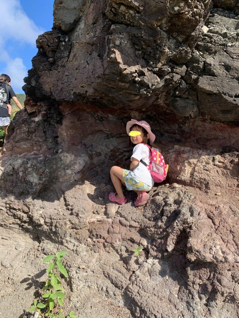 小さな洞窟に入る娘