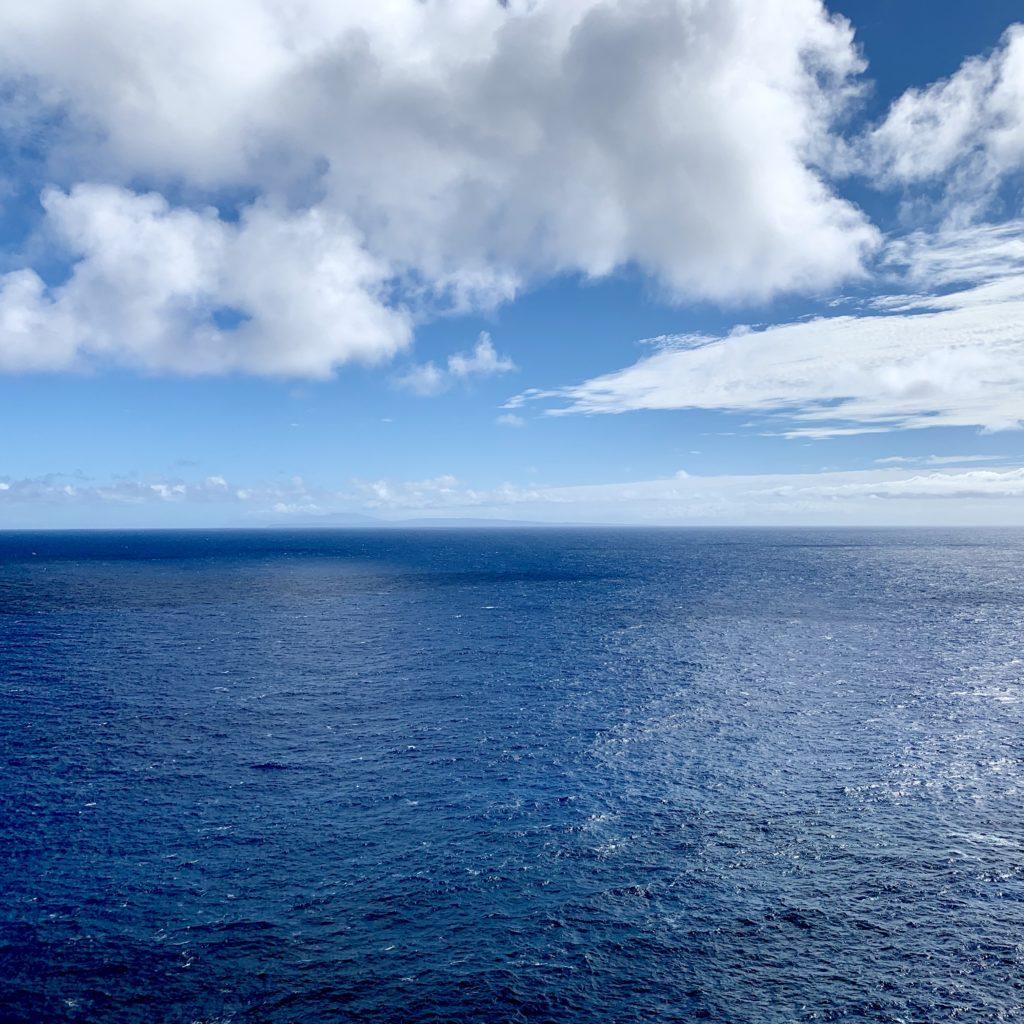 マカプウから見えるオアフ島東の海 深い青色が一面に広がっている