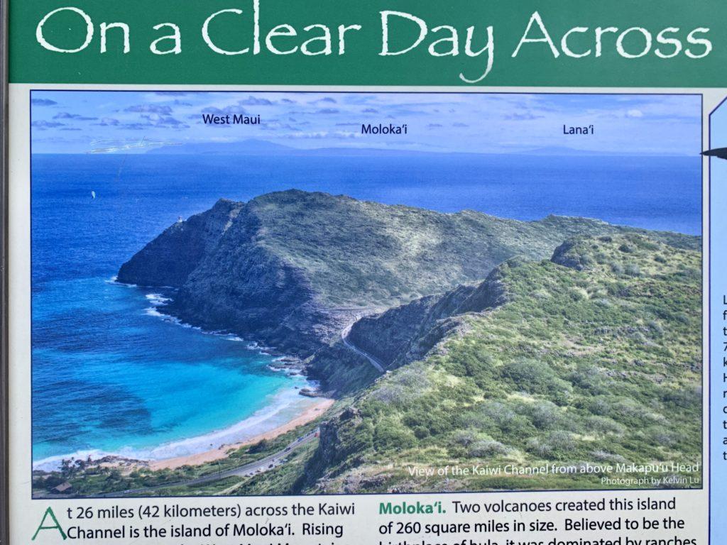 マカプウライトハウストレイル中にある看板 マウイ島、モロカイ島、ラナイ島が見えることが書かれている