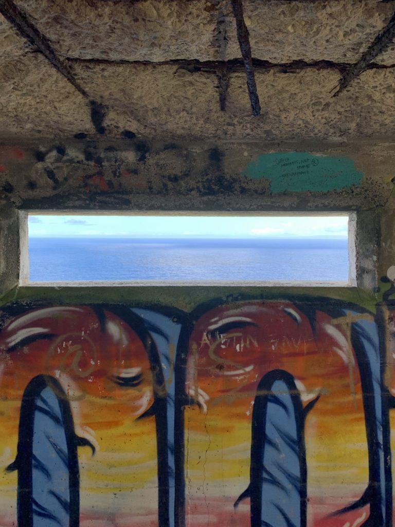 ピルボックスの窓からみる東の海