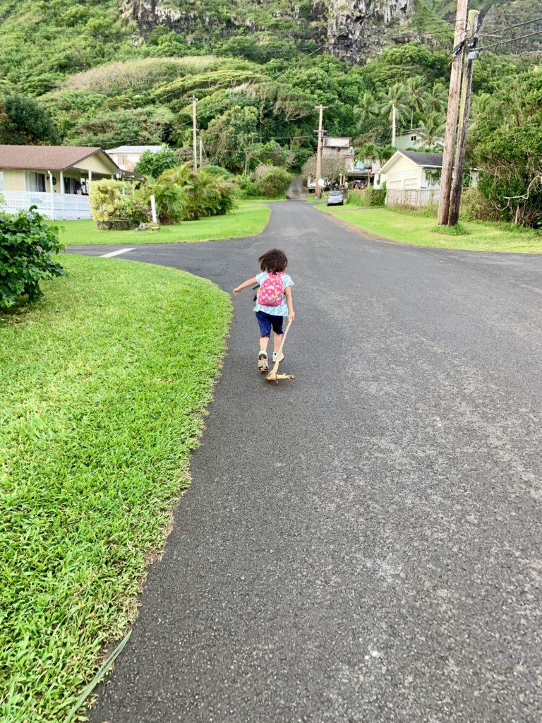 カアアワの住宅地を走る娘