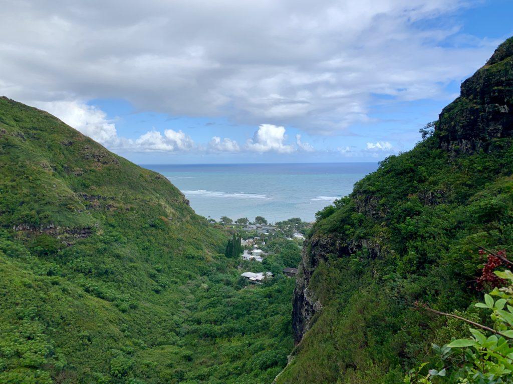 左右の山の間から町と海が見える