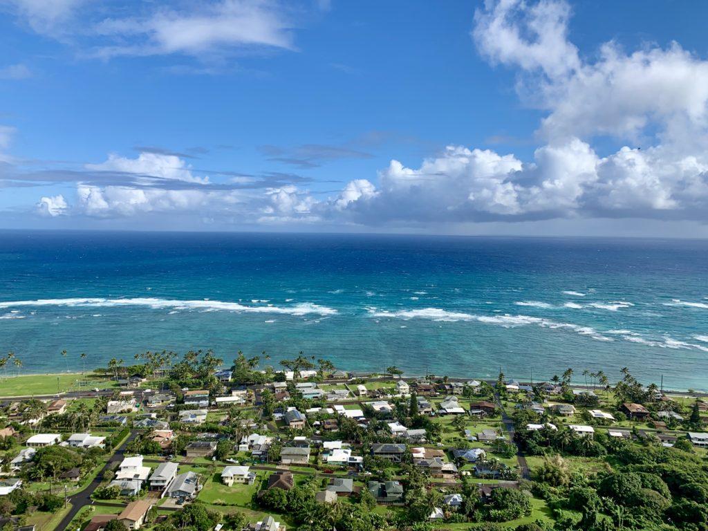 カアアワの町と海の眺め