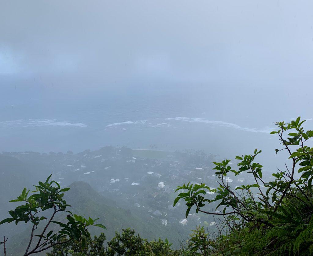 雨雲の中 視界が真っ白になりカアアワの町が見えない