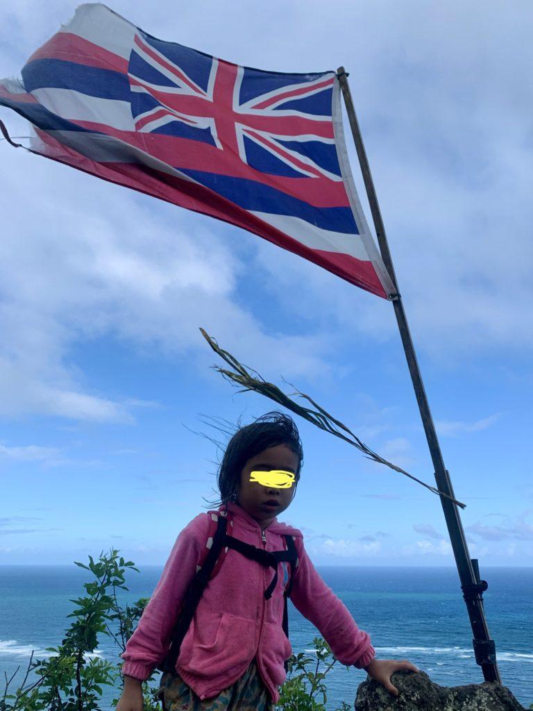 ハワイ国旗と娘 強風で側がなびいている