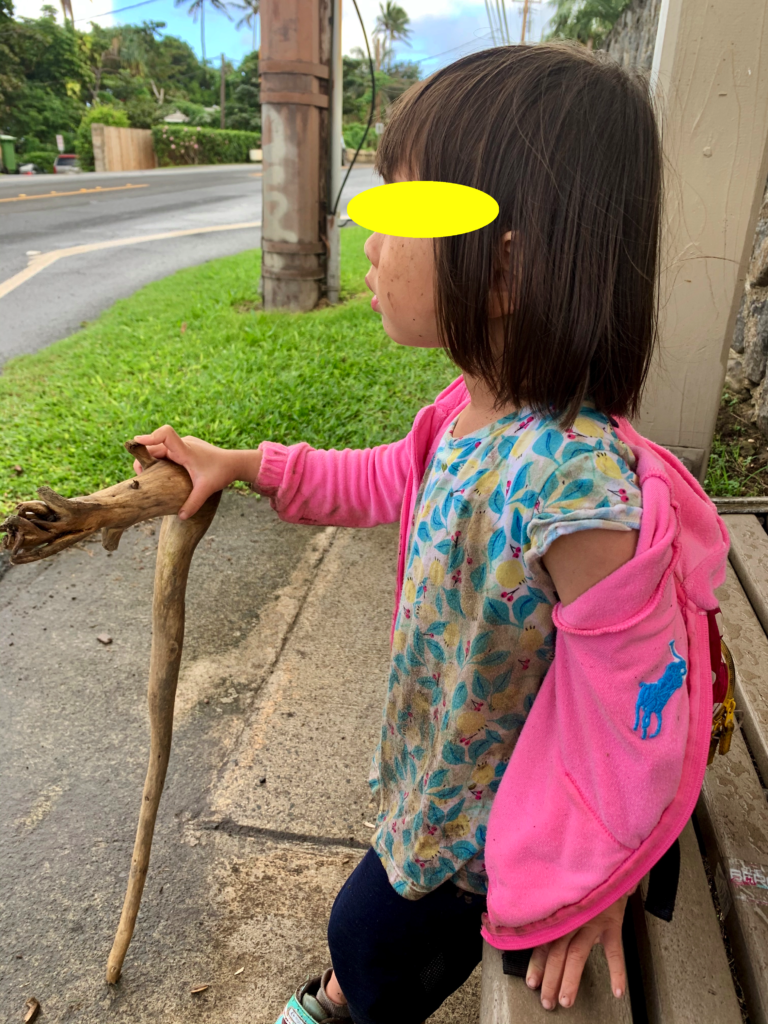 バスを待つ娘 ドロドロで杖を持つ姿は子供ではない、、、