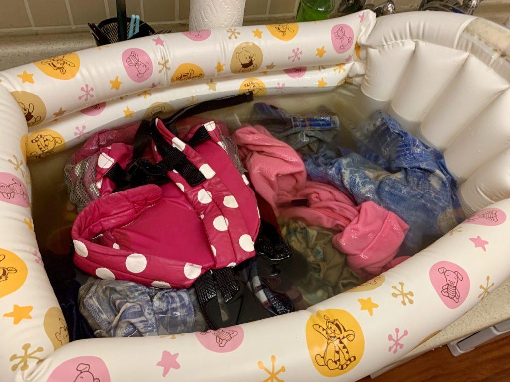沐浴槽に詰め込まれたドロドロの服たちと茶色い水