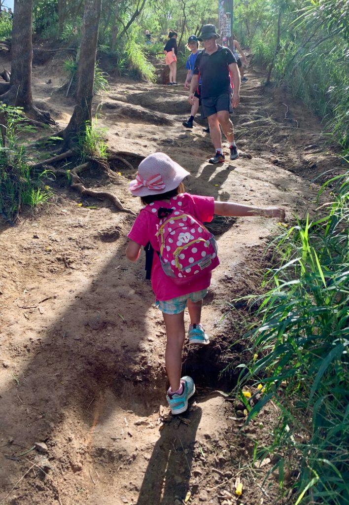 斜面を登る娘