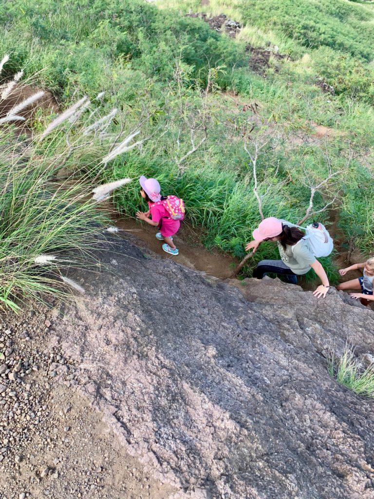 最後の急斜面を登る娘と妻の友達