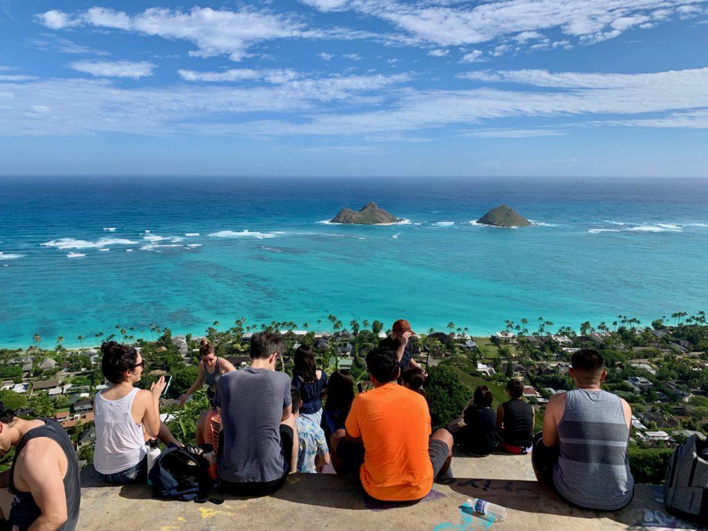 二つ目のピルボックスに座る人々とラニカイビーチの眺め