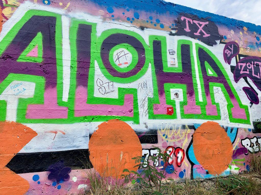 ピルボックスの背面のウォールアート カラフル AOHAの大きな文字がある