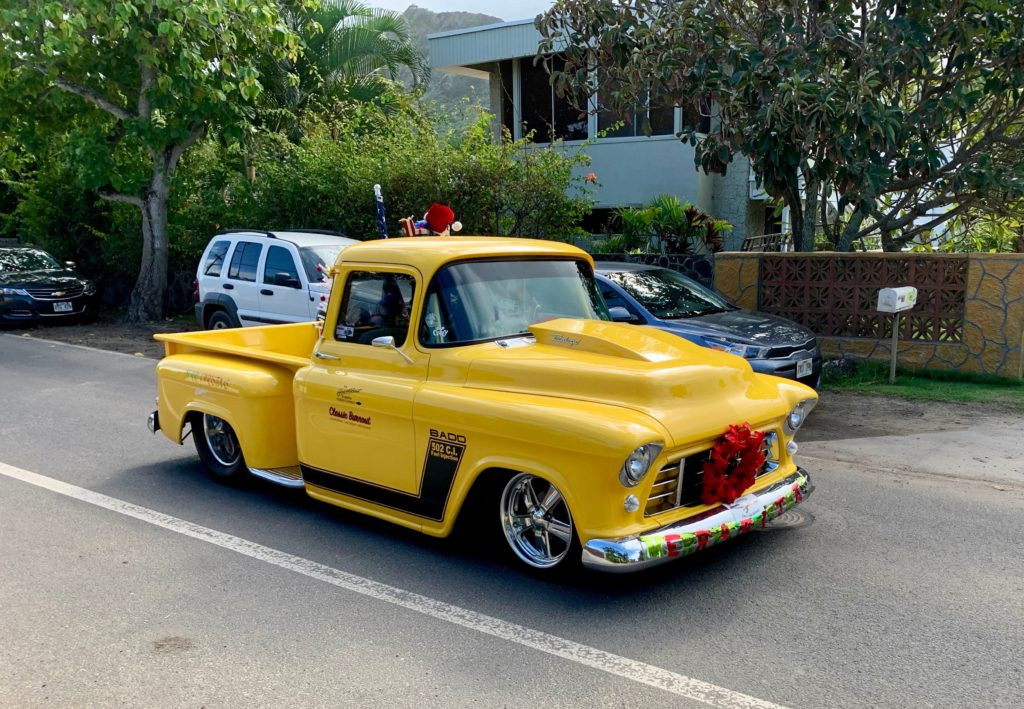クリスマスの装飾がされた真っ黄色の車