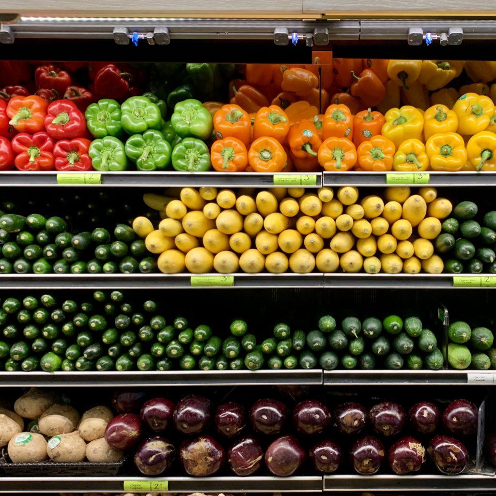 野菜がきれいに陳列されている