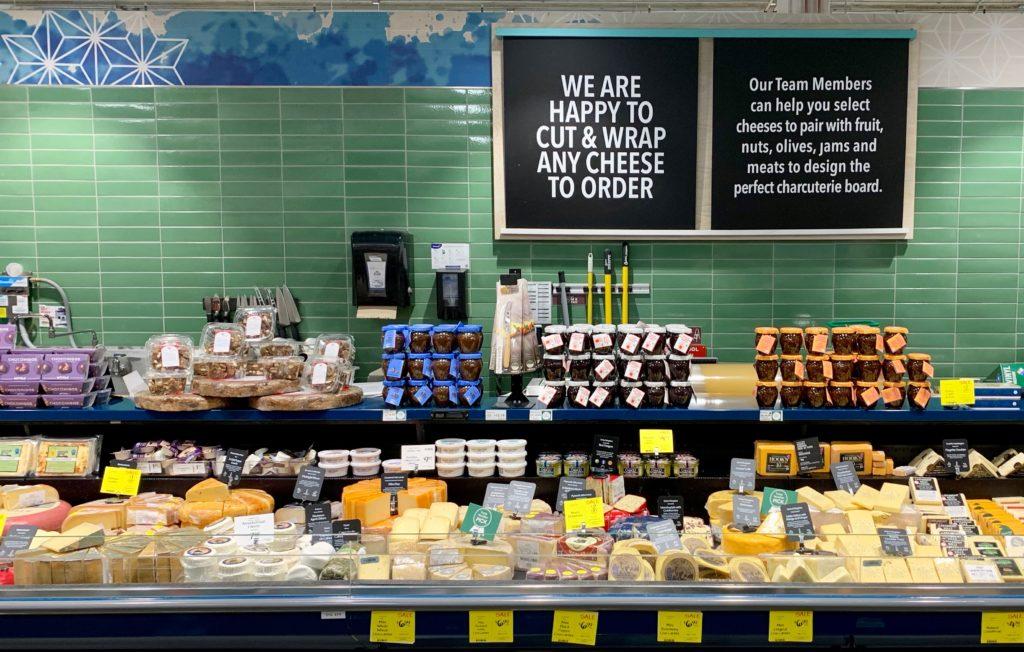 チーズコーナーその2 これだけで一つの店のよう たくさんのチーズが売られている
