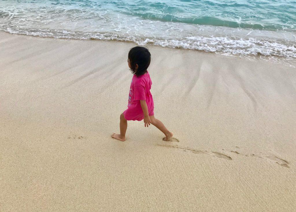 ビーチを歩く娘