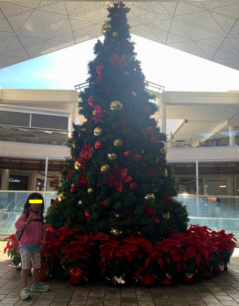クリスマスツリーと娘