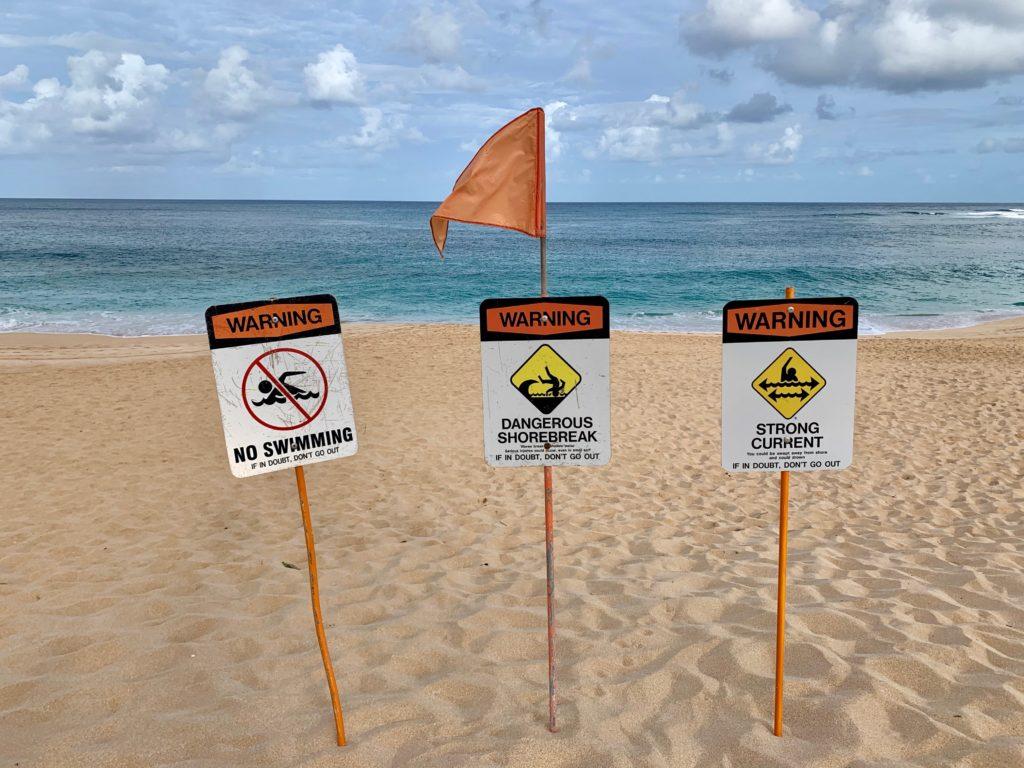サンセットビーチにある警告看板