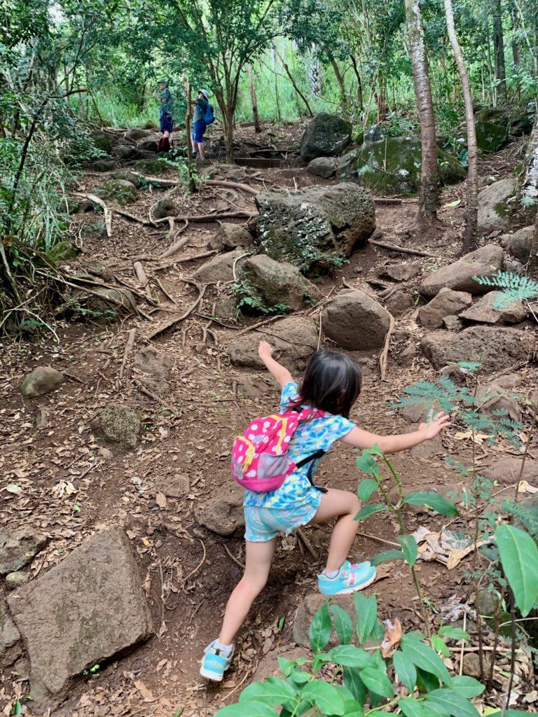 上手に手でバランスをとりながら登る娘