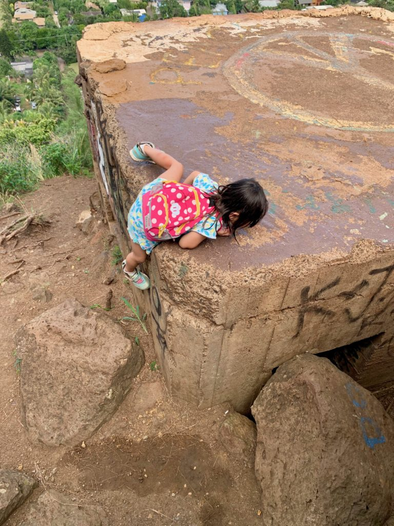 ピルボックスに登る娘