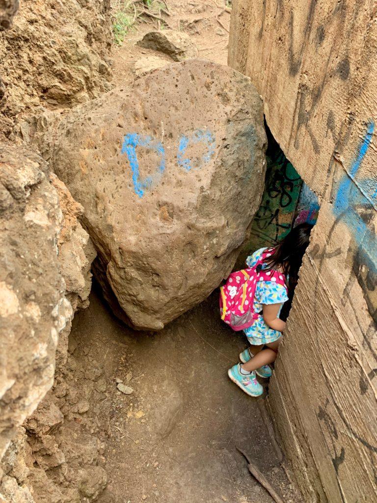 ピルボックス入り口には岩があり、狭い