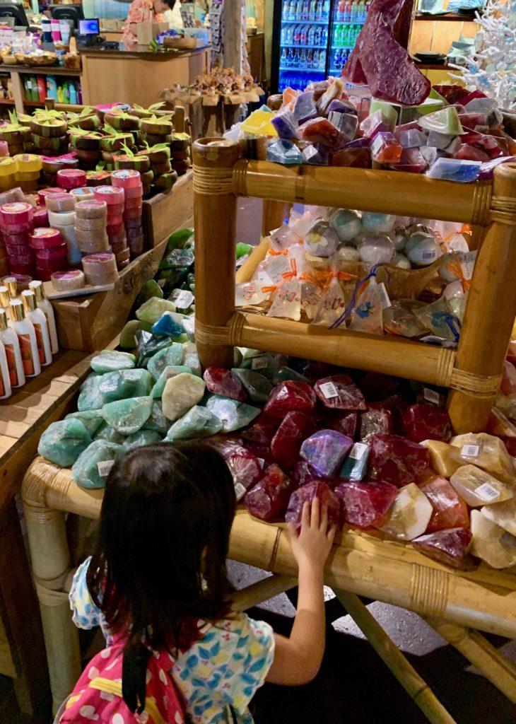 お土産ショップの石鹸コーナー カラフルな石の見た目できれい